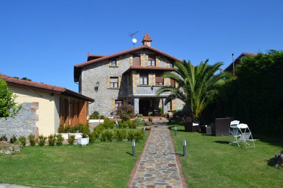 Fachada y jardin La Casona del Carmen